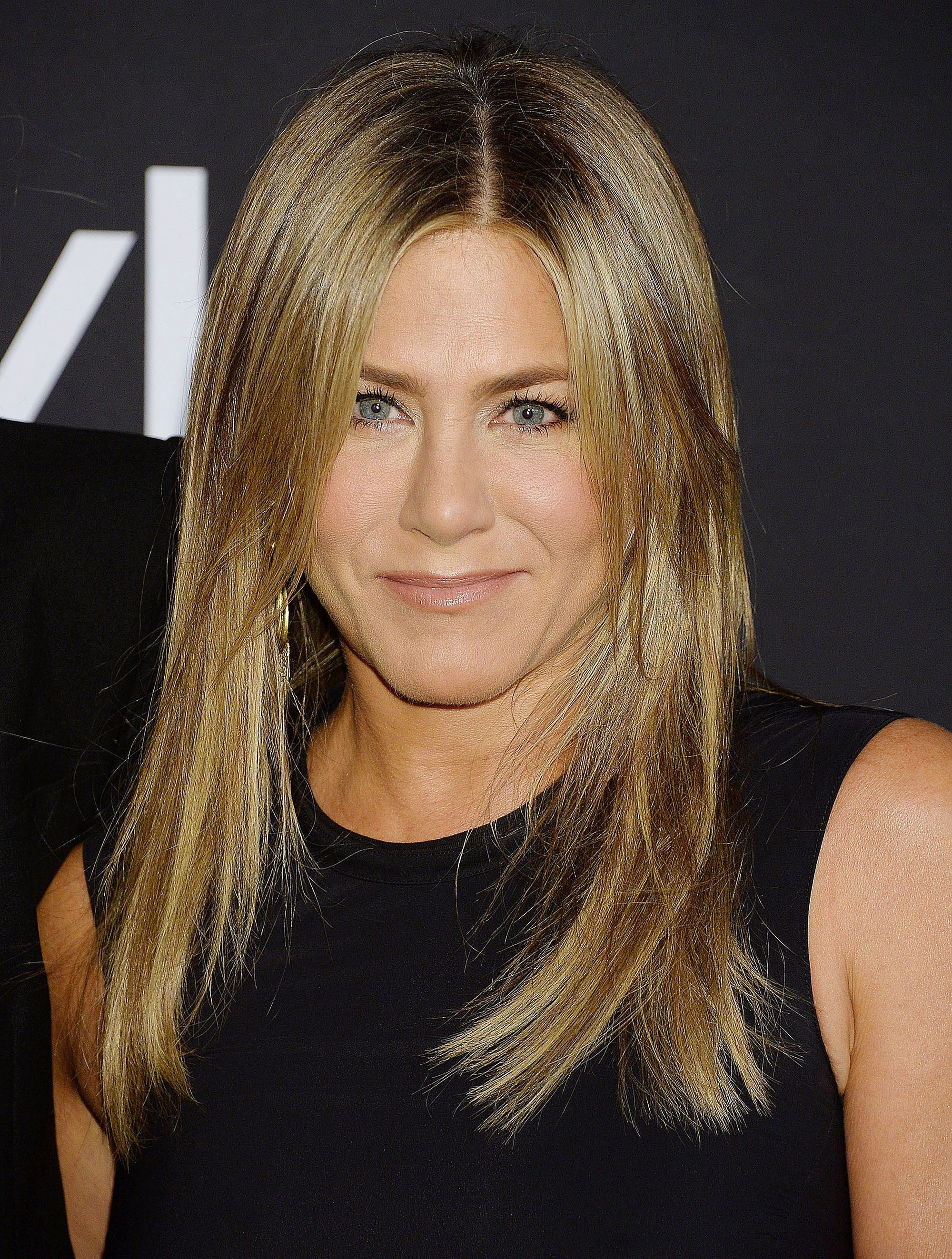 Haircuts for fine straight hair: Jennifer Aniston with bronde mid-length choppy layered hair