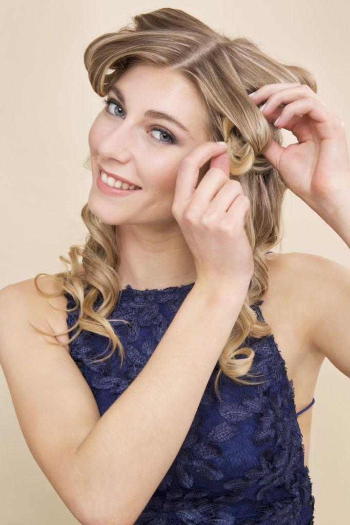 Comment boucler les cheveux avec une fille blonde en fer plat épinglant des boucles