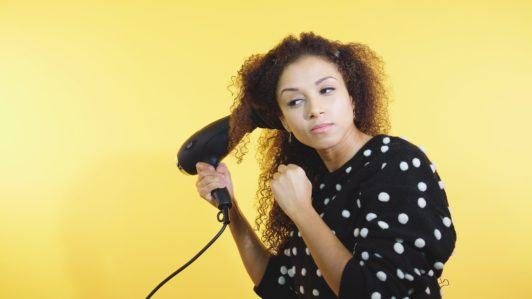 How to style curly hair girl using a diffuser to dry hair