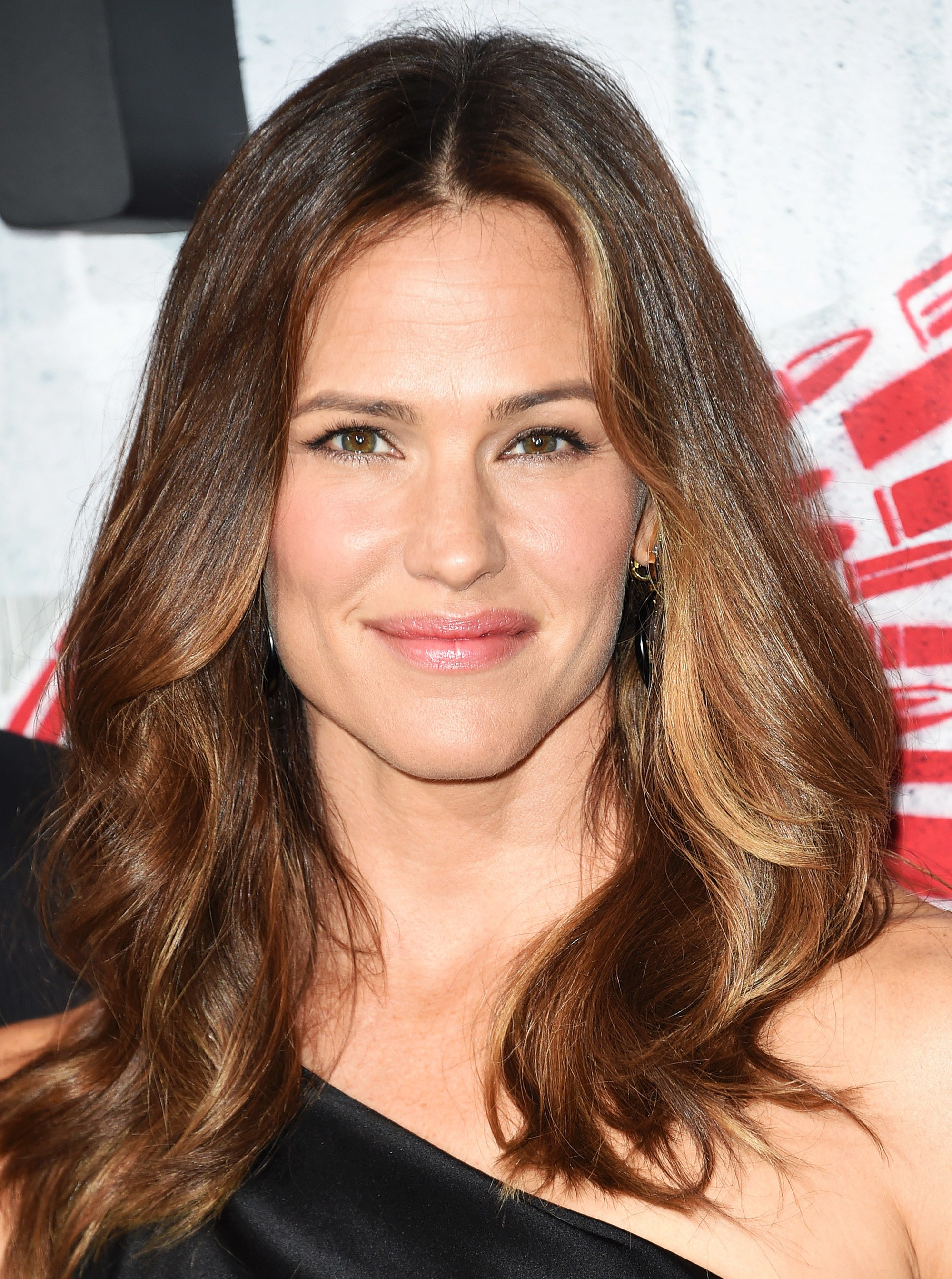 Brown hair with blonde highlights: Jennifer Garner with voluminous wavy brown hair with blonde highlights around her face