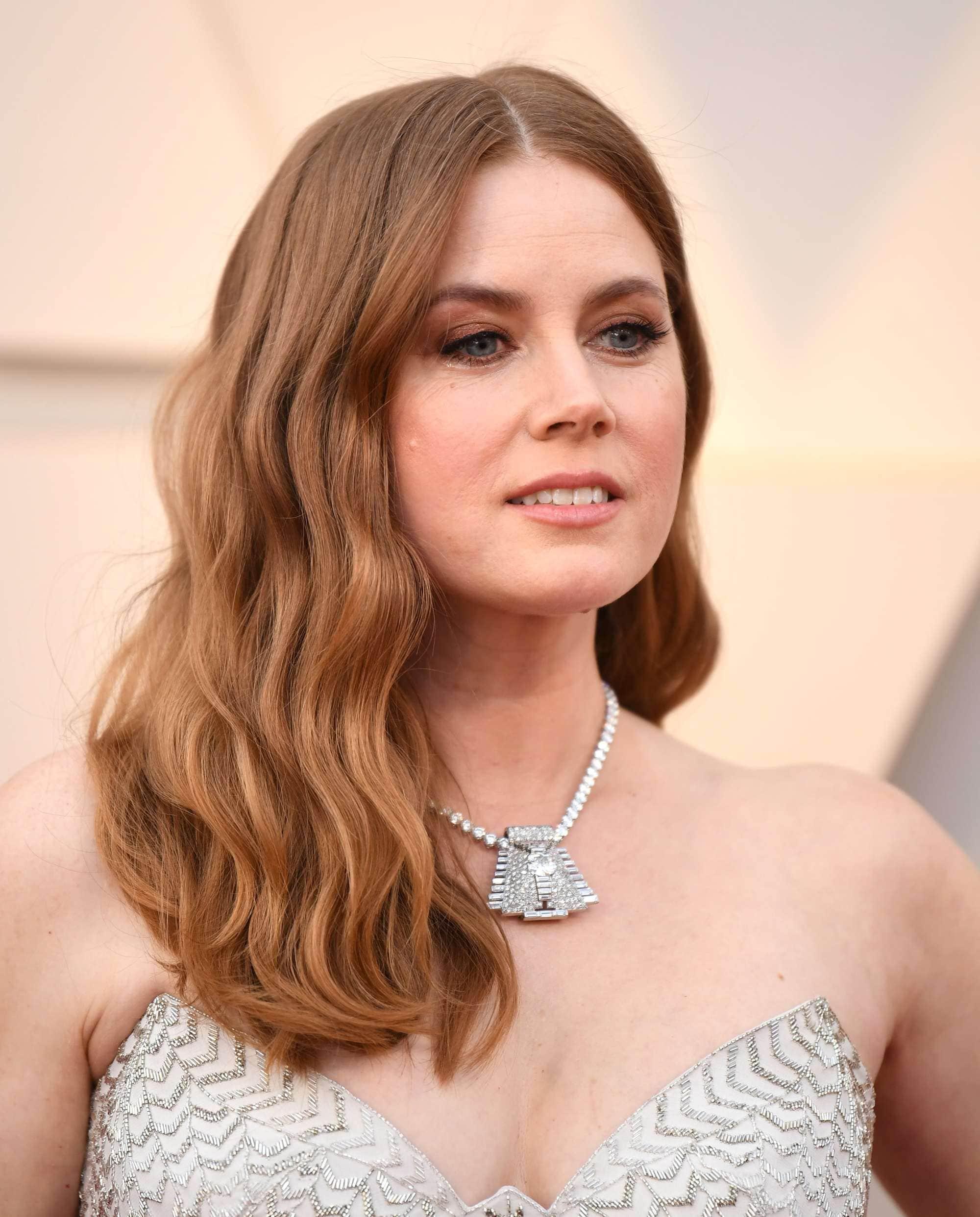 Oscars 2019 hairstyles: Amy Adams at the 2019 Oscars with auburn hair worn in sideswept beachy waves