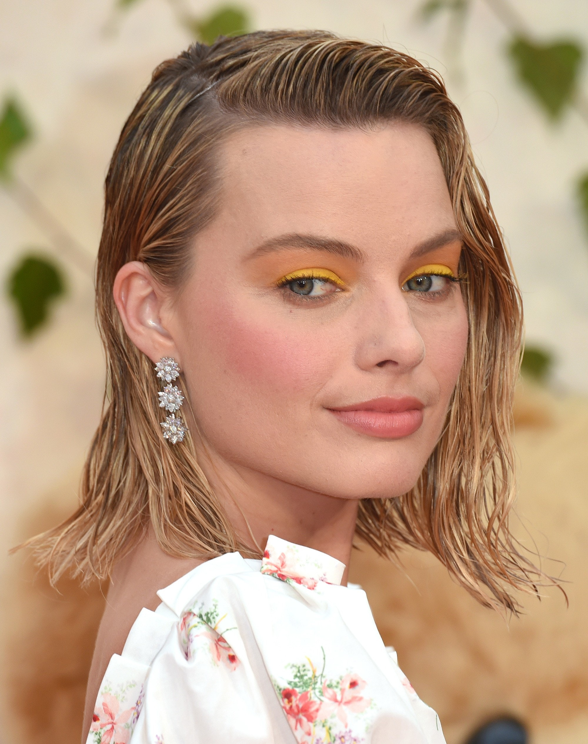 margot robbie red carpet event with blonde wavy wet look bob hair in side-parting