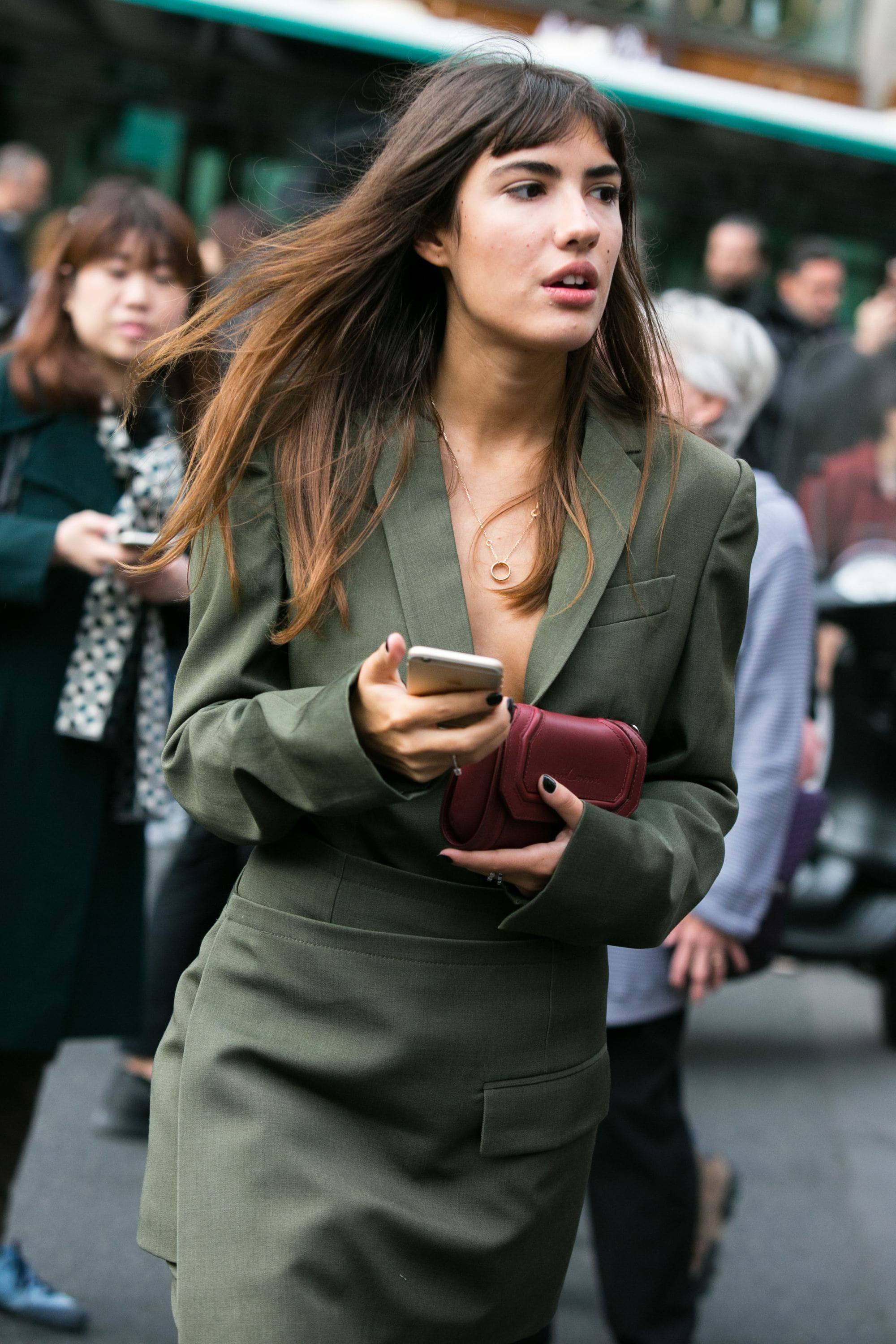 Balayage ombre: Woman with ombre balayage brown hair walking outside