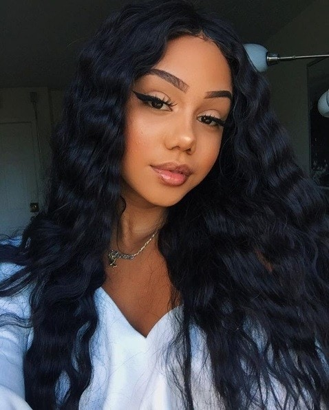 Protective hairstyles: Woman wearing a lonh dark wavy wig