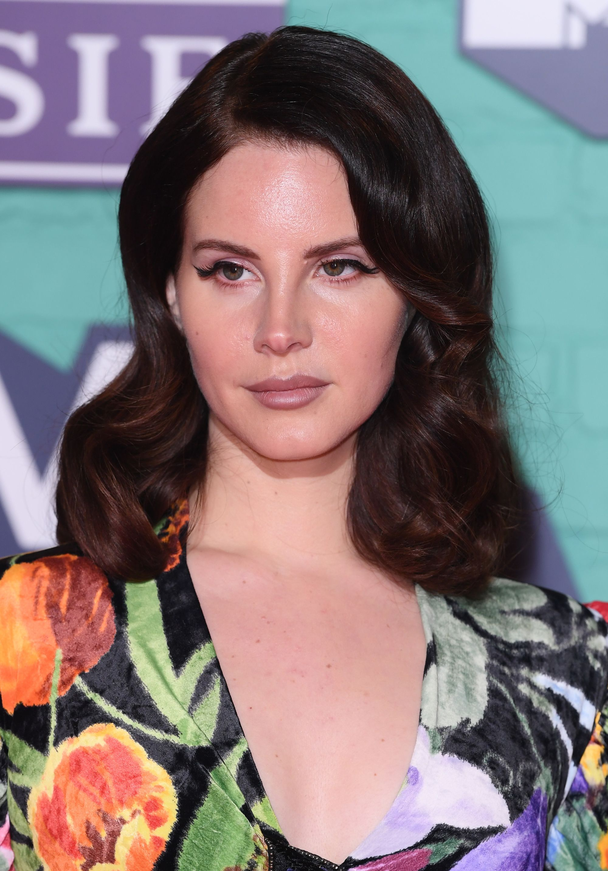 Lana Del Rey with brown medium length hair in side parted Hollywood waves at the 2017 MTV EMAs