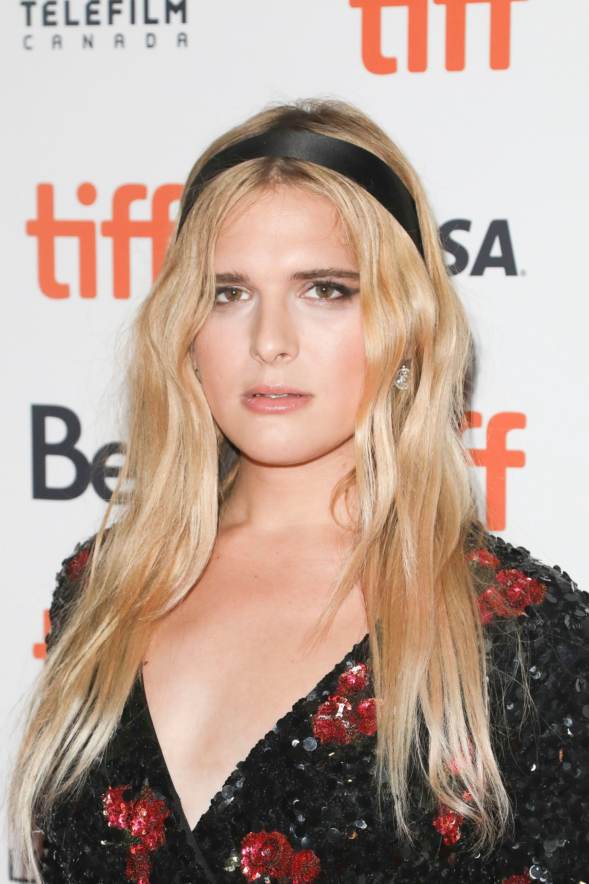 Headband hairstyles: Hari Nef on the red carpet with long blonde loose waves with preppy headband