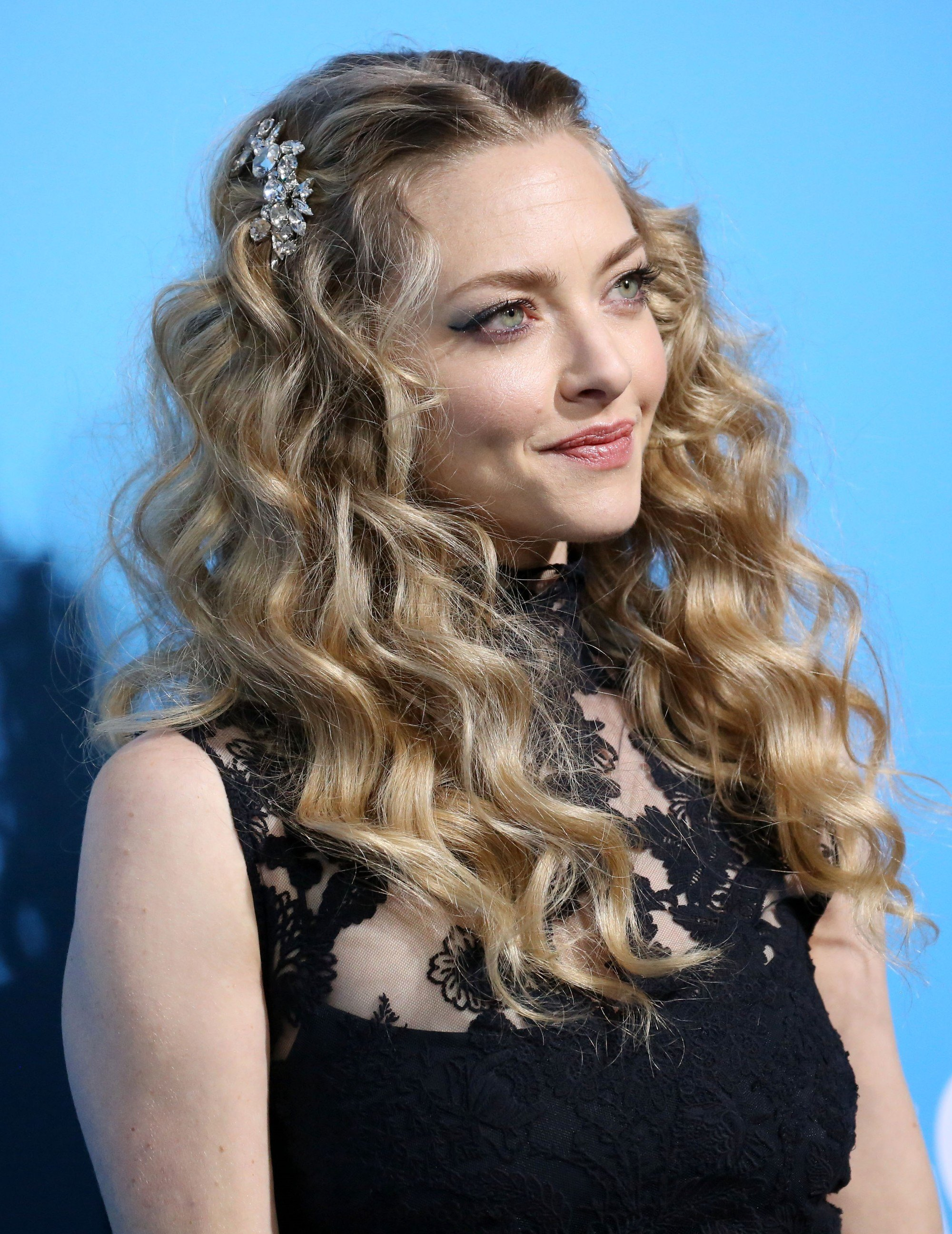 Amanda Seyfried with long and loose dark blonde curls with hair pins