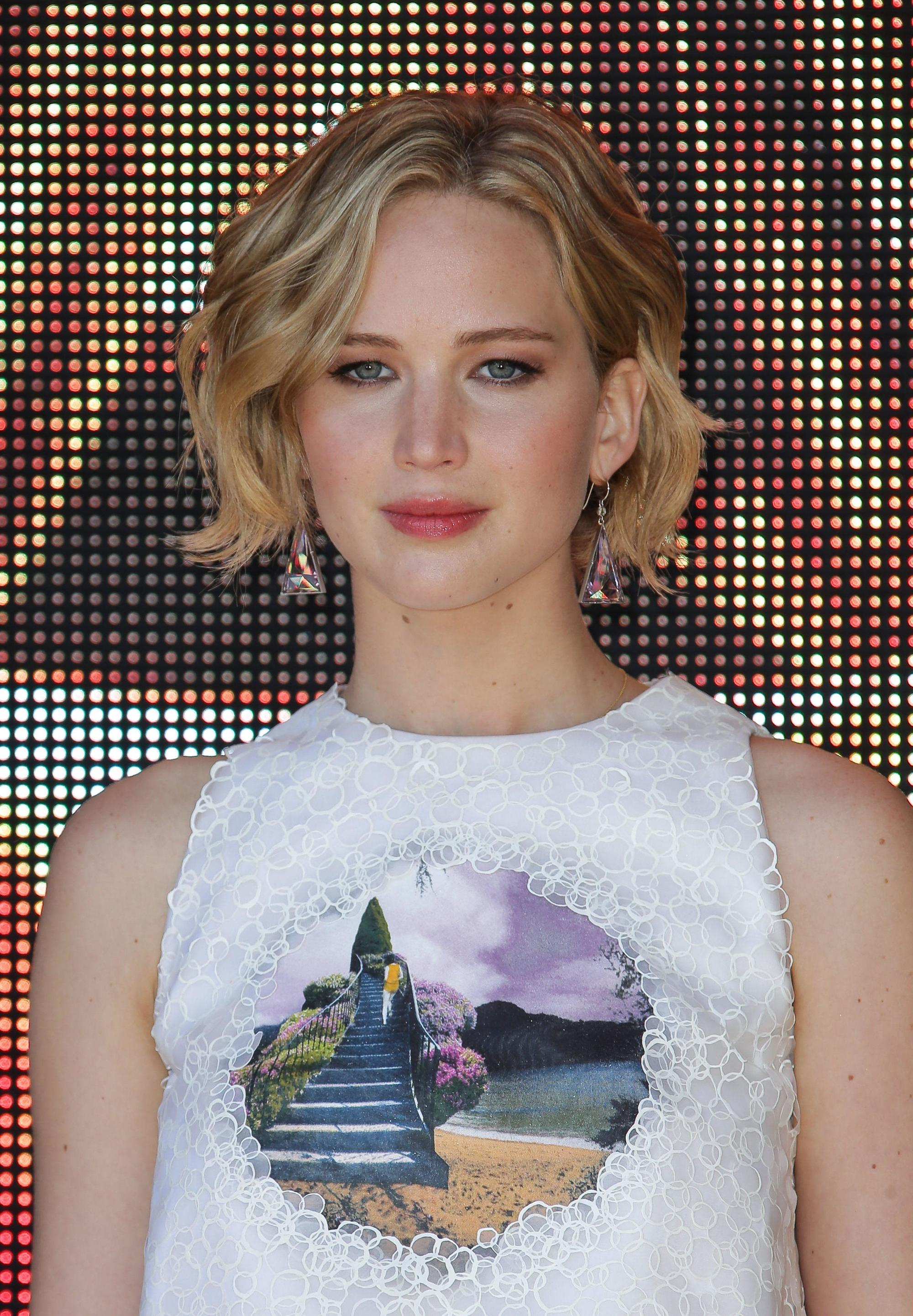 Jennifer Lawrence with a blonde short wavy bob