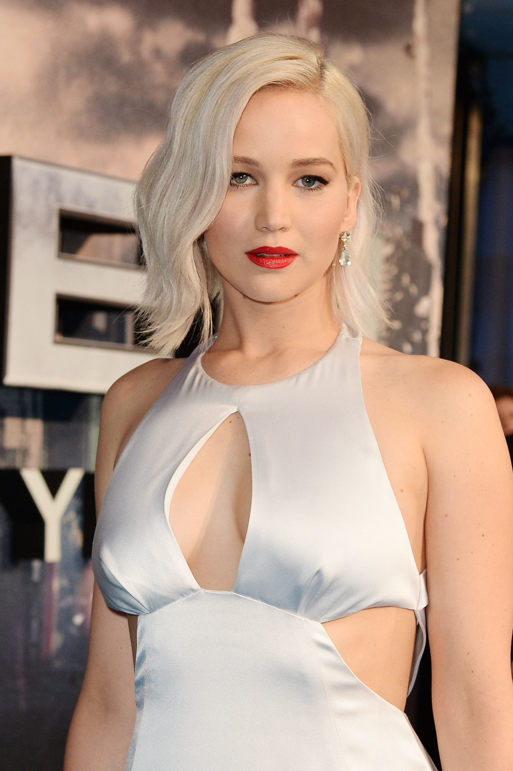 Jennifer Lawrence with a platinum blonde wavy lob