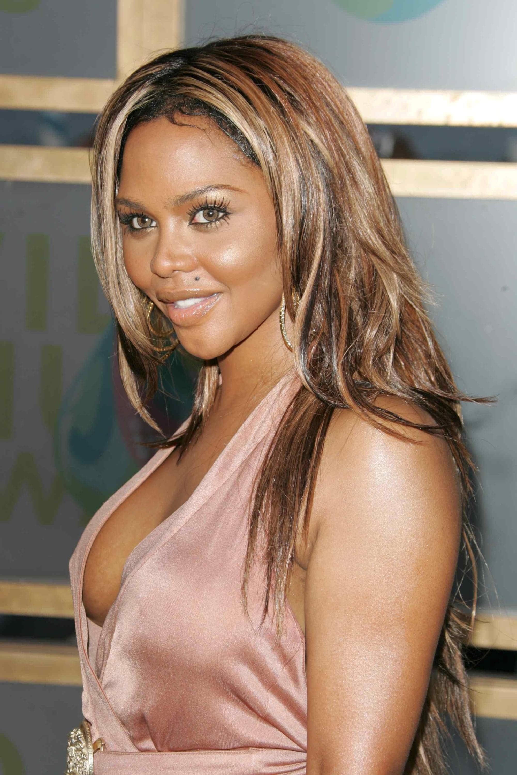 Lil Kim with straight brown chcolate hair with blonde highlights