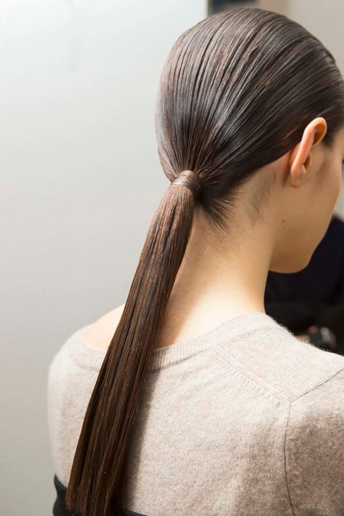 Peinado lacio cola de caballo
