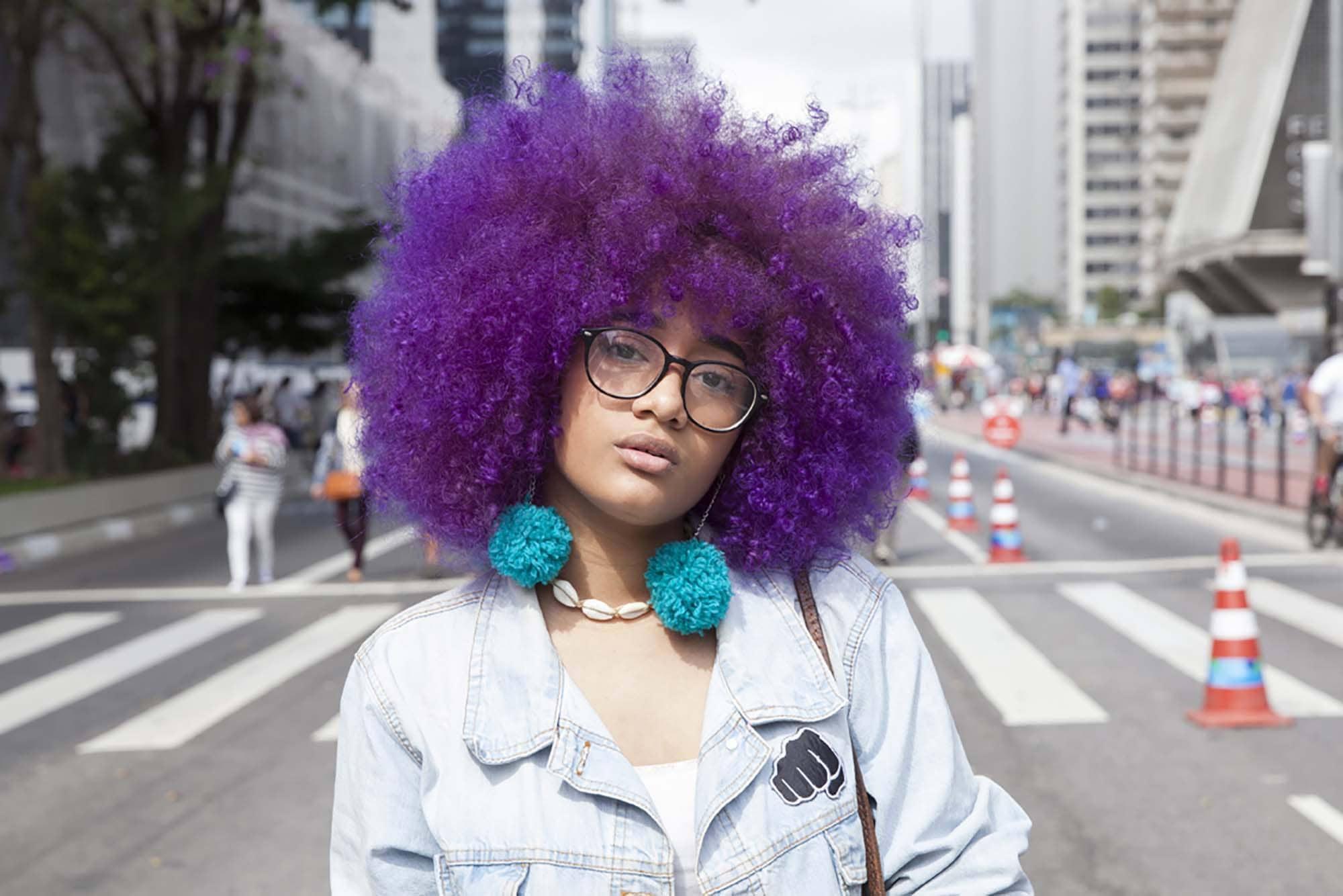 peinados rizados afro púrpura