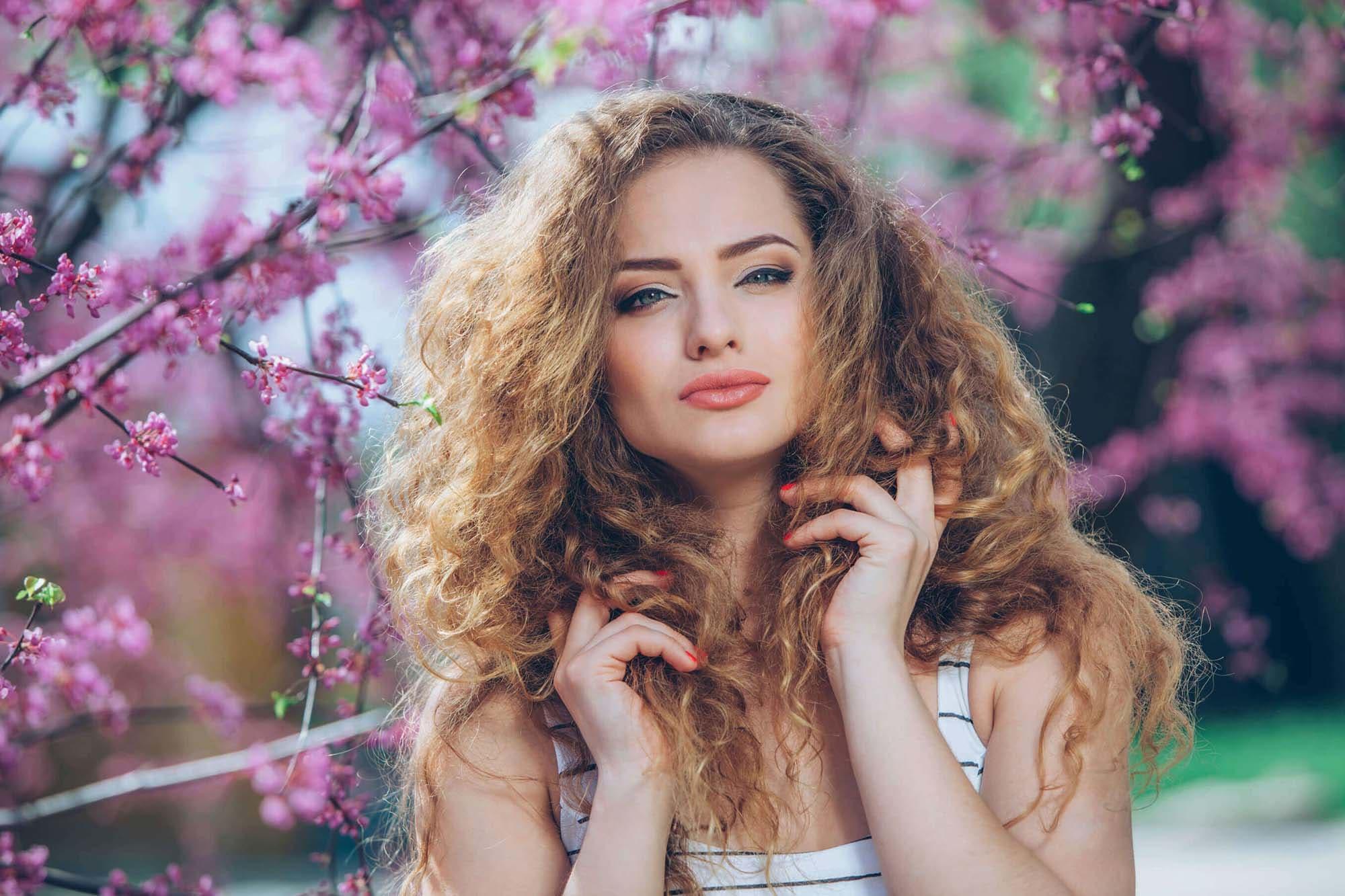productos para el cabello con frizz rubia