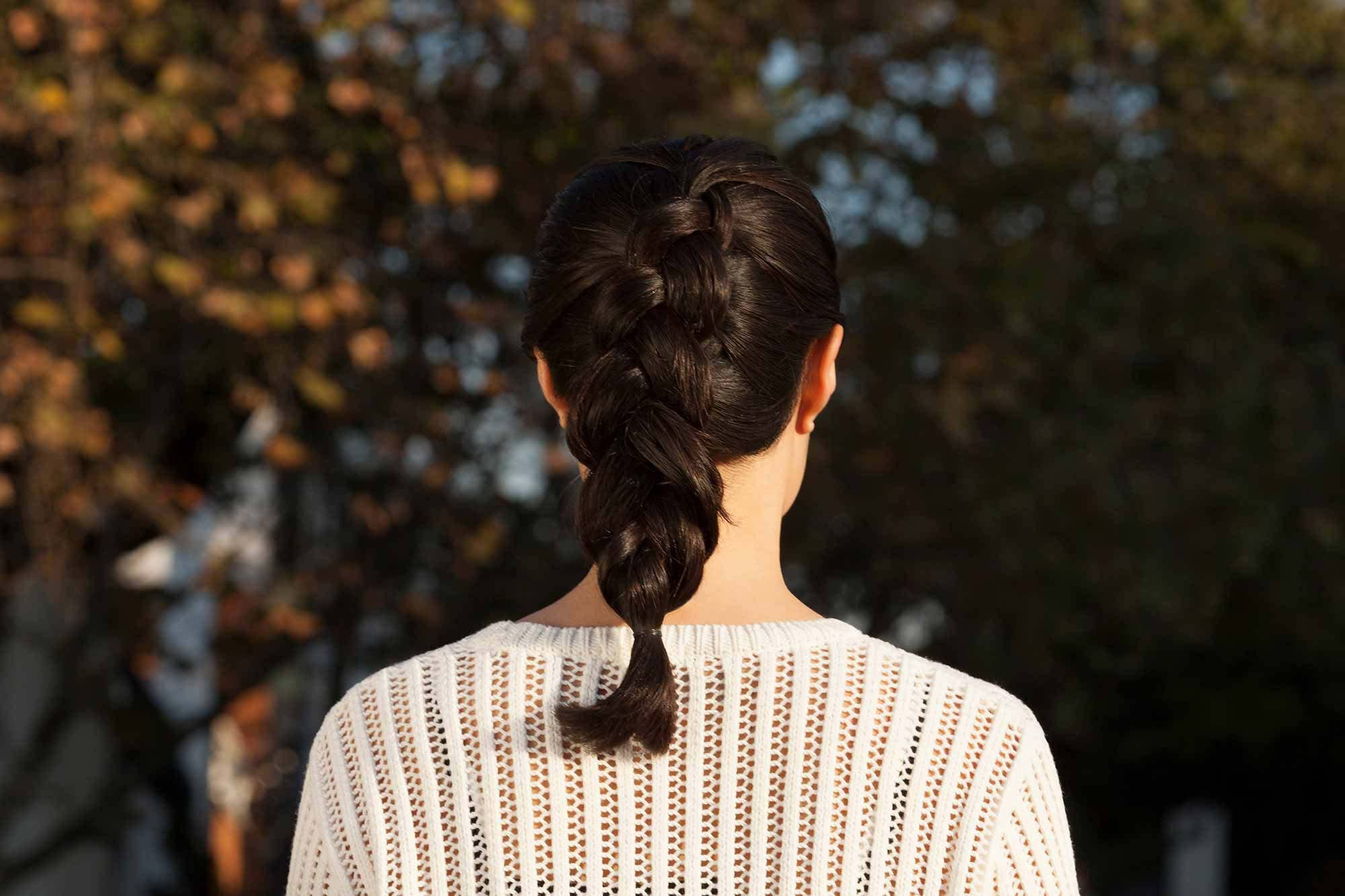 cabello al hombro cola de caballo trenzada