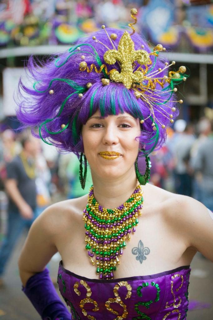 peinados inspirados en Mardi Gras con peluca