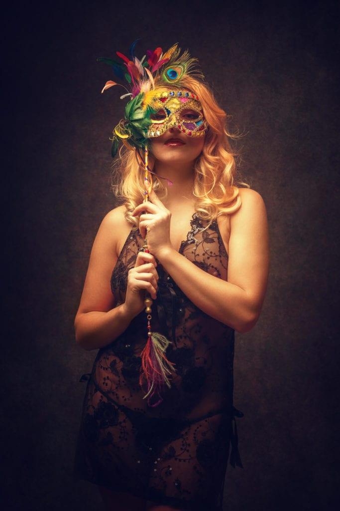 peinados inspirados en Mardi Gras rubia con máscara