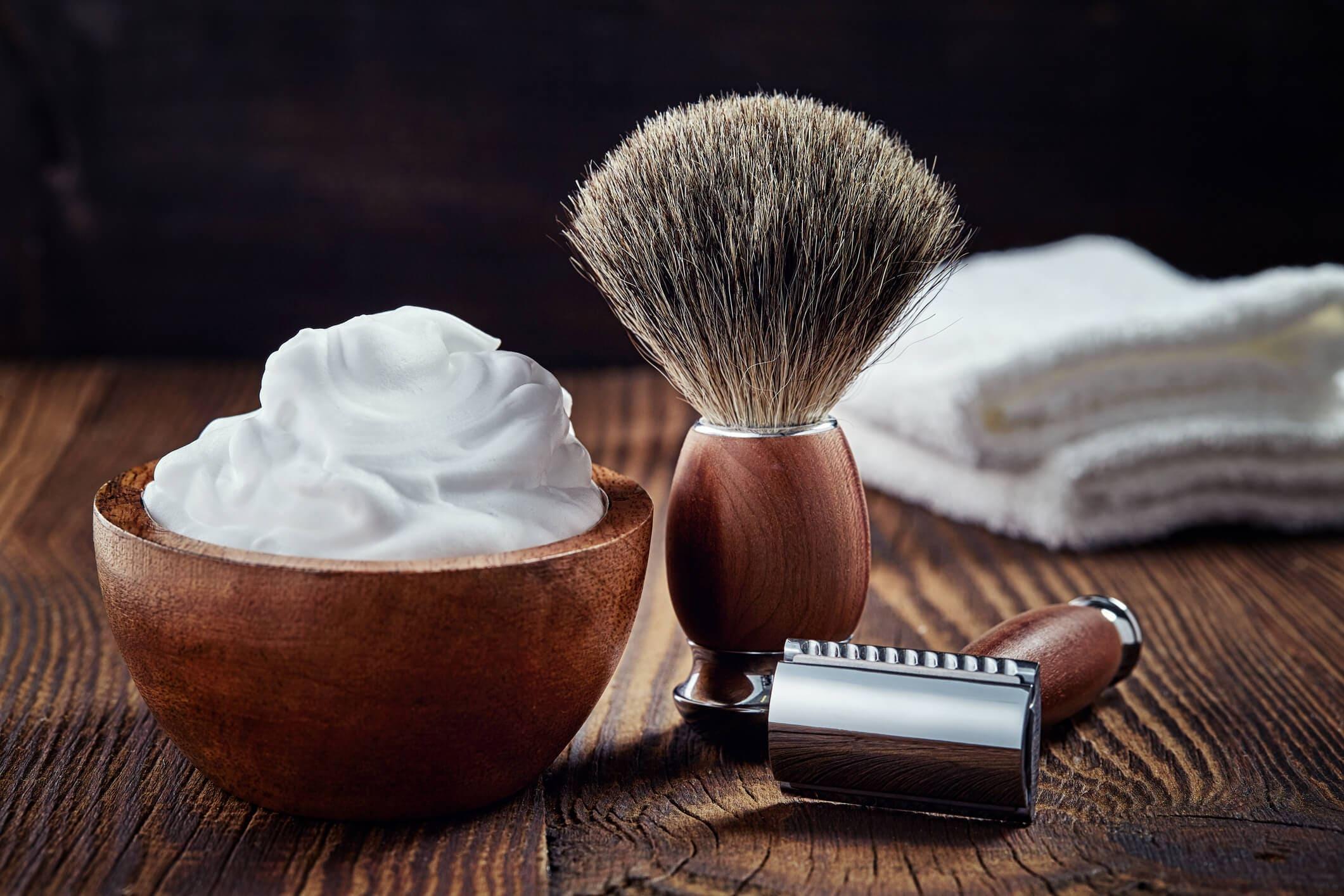 caspa de barba crema y brocha de afeitar