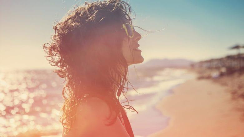 productos de cabello para la playa mujer con gafas