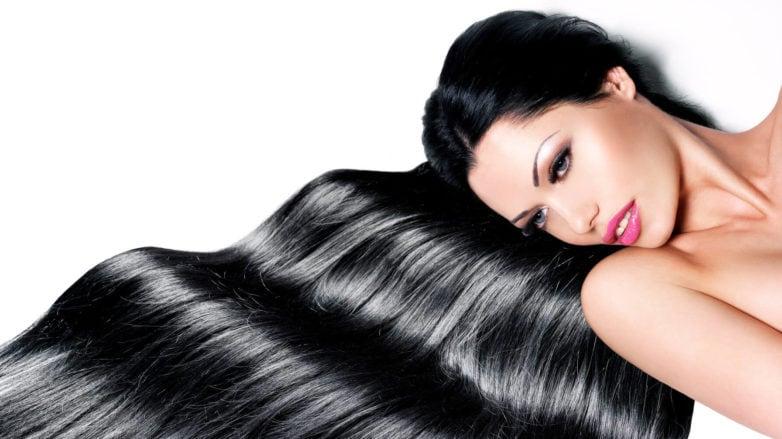 cabello lacio mujer acostada