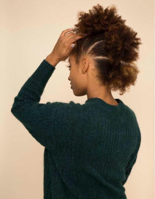 mohicano falso en el pelo crespo