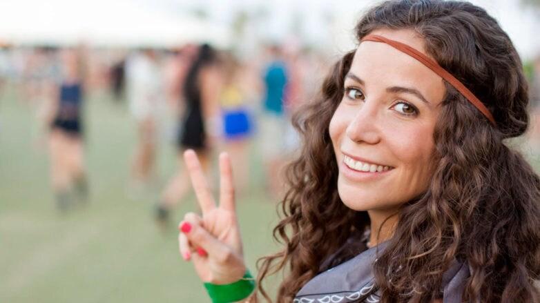 productos de cabello para festivales latina con pelo rizado
