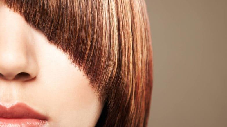flequillo sin frizz pelo rojo