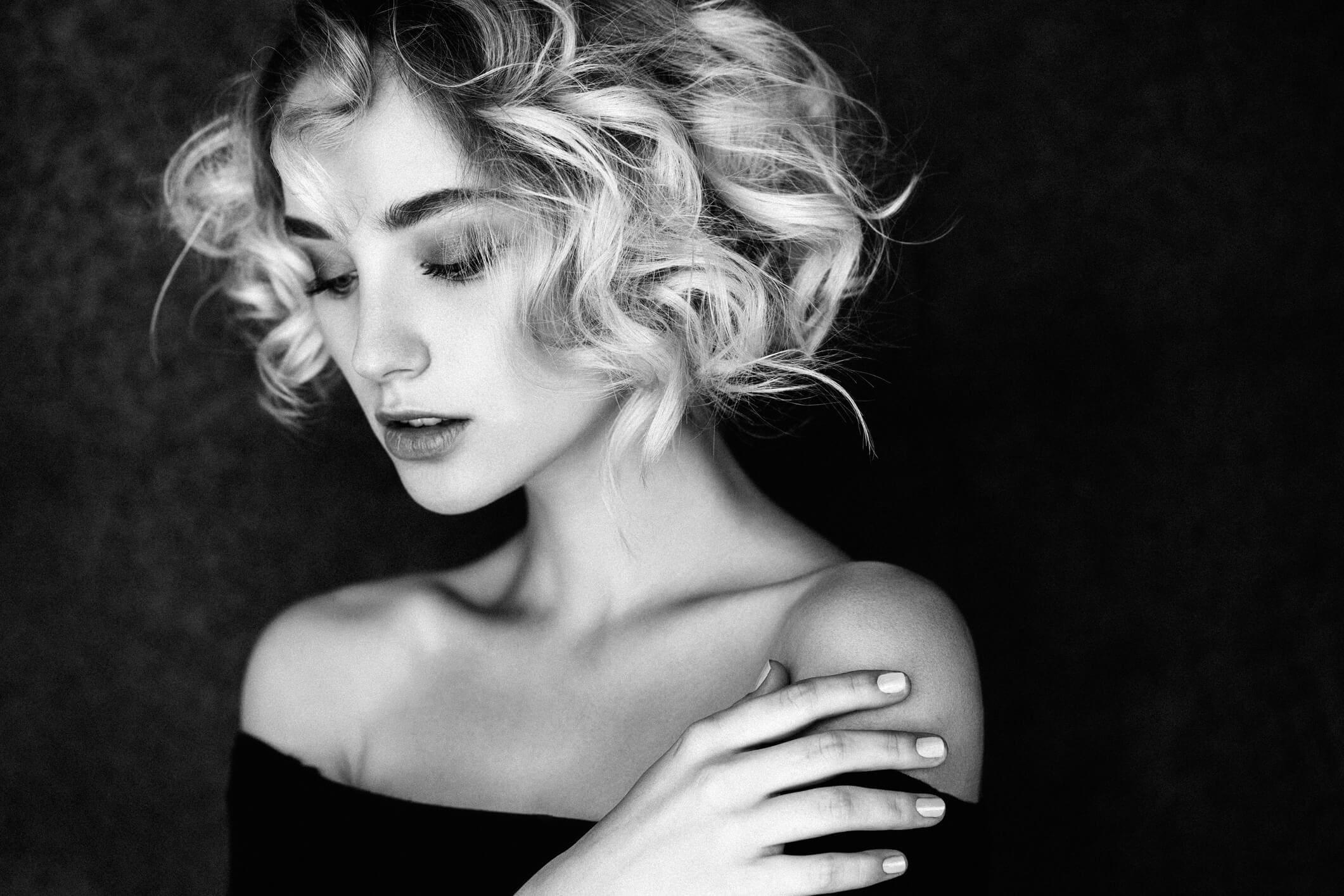 rizos duraderos mujer en blanco y negro