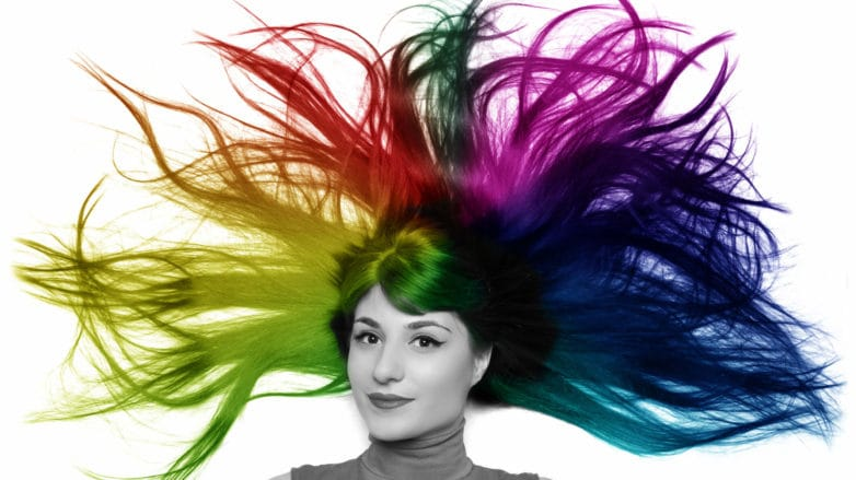 tinte arcoíris mujer con pelo de colores