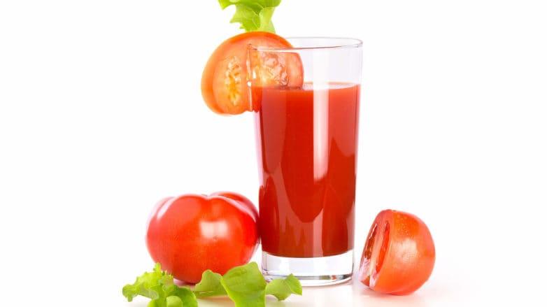 jugo de tomate para el cabello
