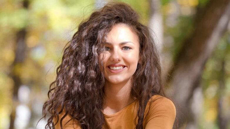 gel para cabello rizado mujer en el parque