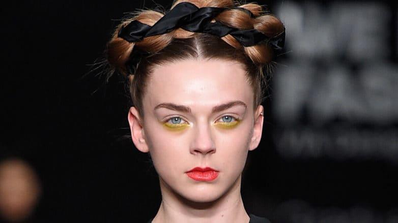 peinados de trenzas corona multicolor