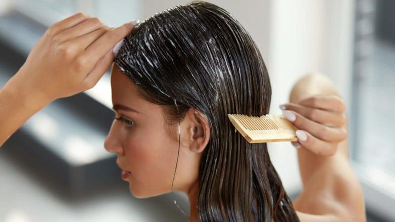 cremas para hidratar el cabellopeinando pelo mojado