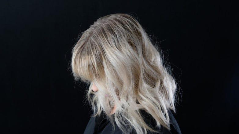 cabello platinado raíz oscura