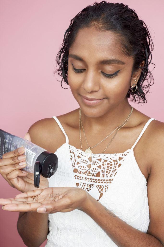 cómo peinar el pelo corto aplicando gel