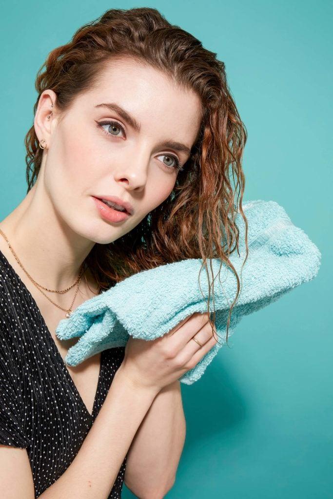 cómo peinar el cabello rizado