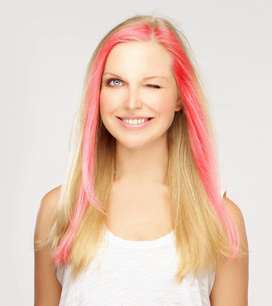 cabello con dos colores mechas rosadas