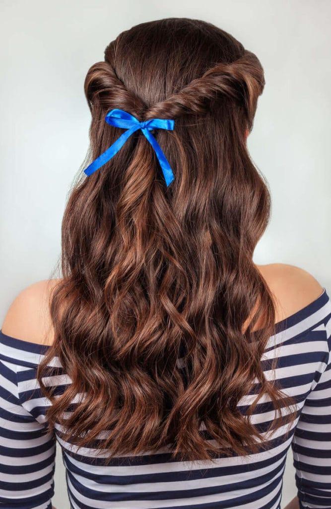 peinados de media cola con rizos torzadas