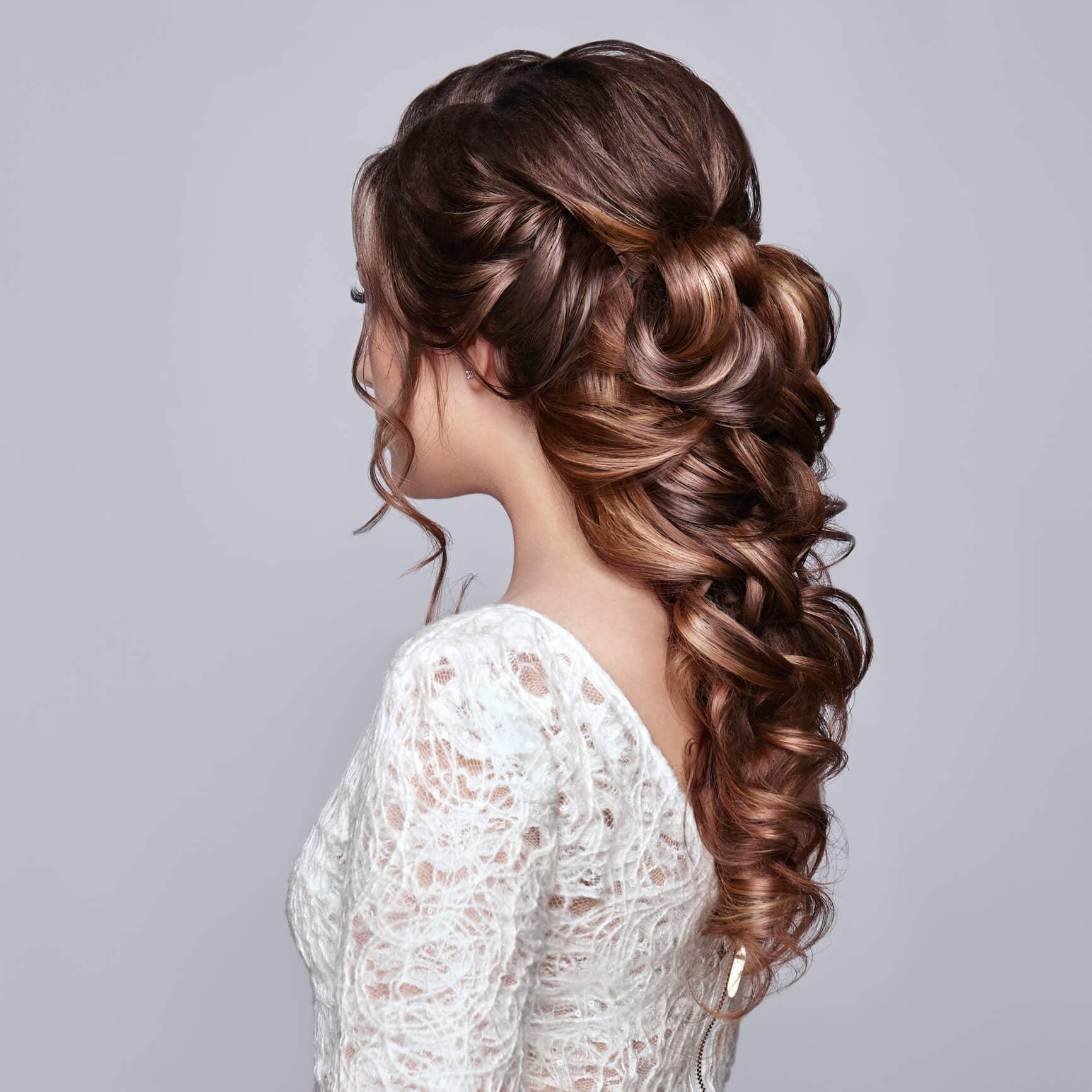 peinados de media cola con rizos ramo de flores