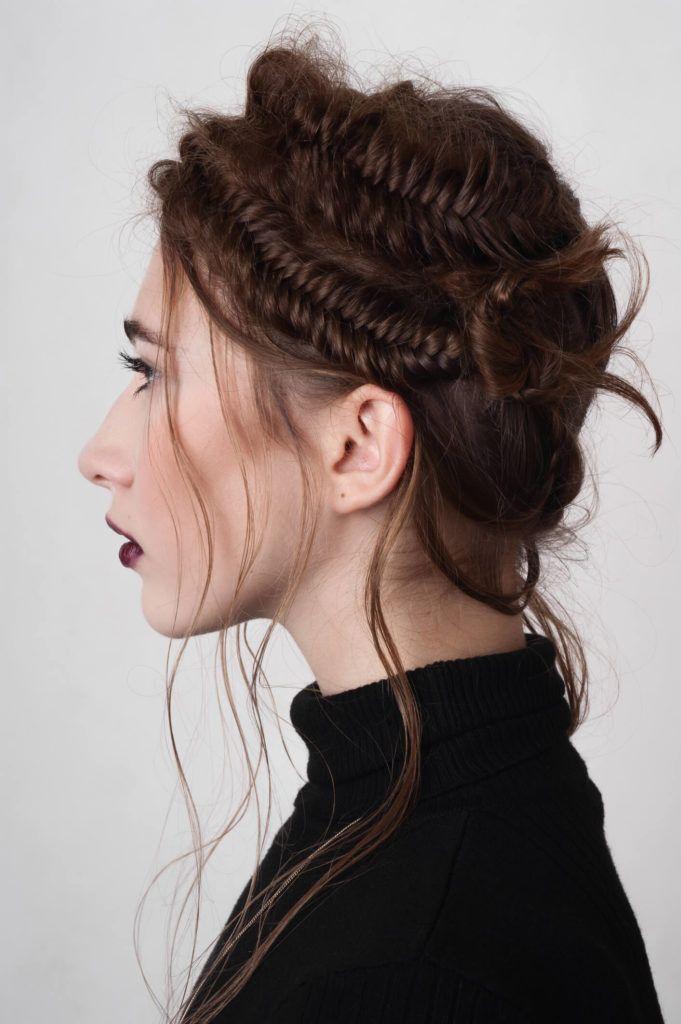 tres trenzas de lado cabello castaño