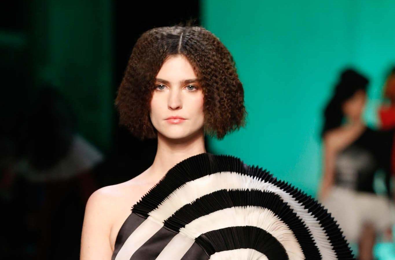 cabello encrespado pelo castaño