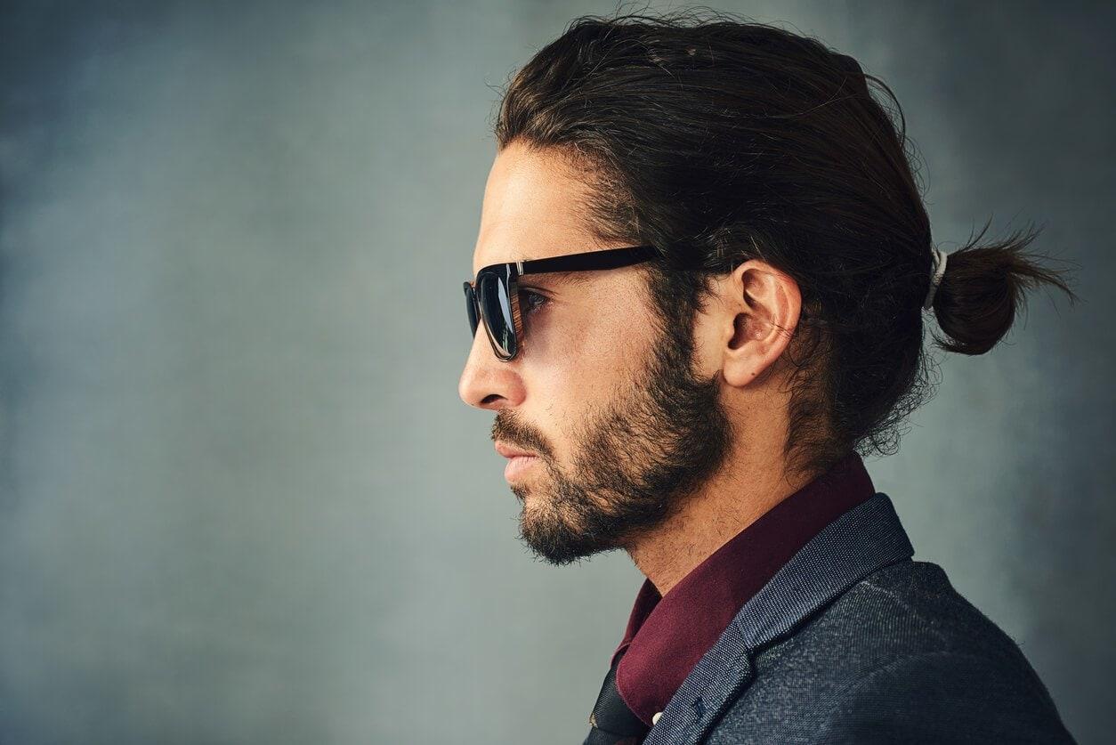 peinados para hombres con cabello largo moño bajo