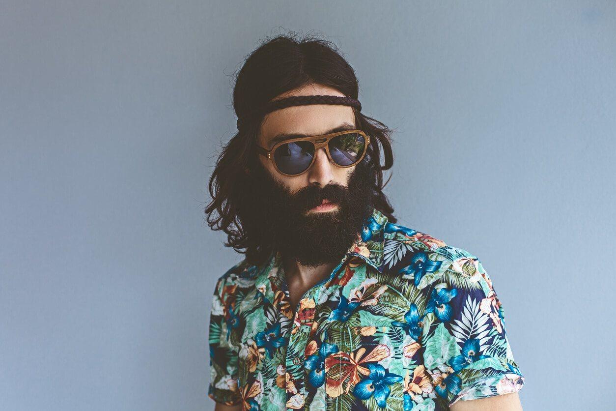 peinados para hombres con cabello largo hippie