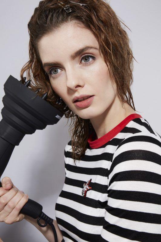 cómo peinar el cabello rizado con secador