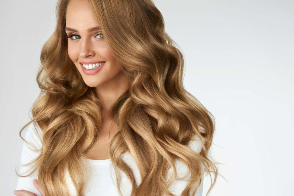 Color de pelo rubio dorado ceniza