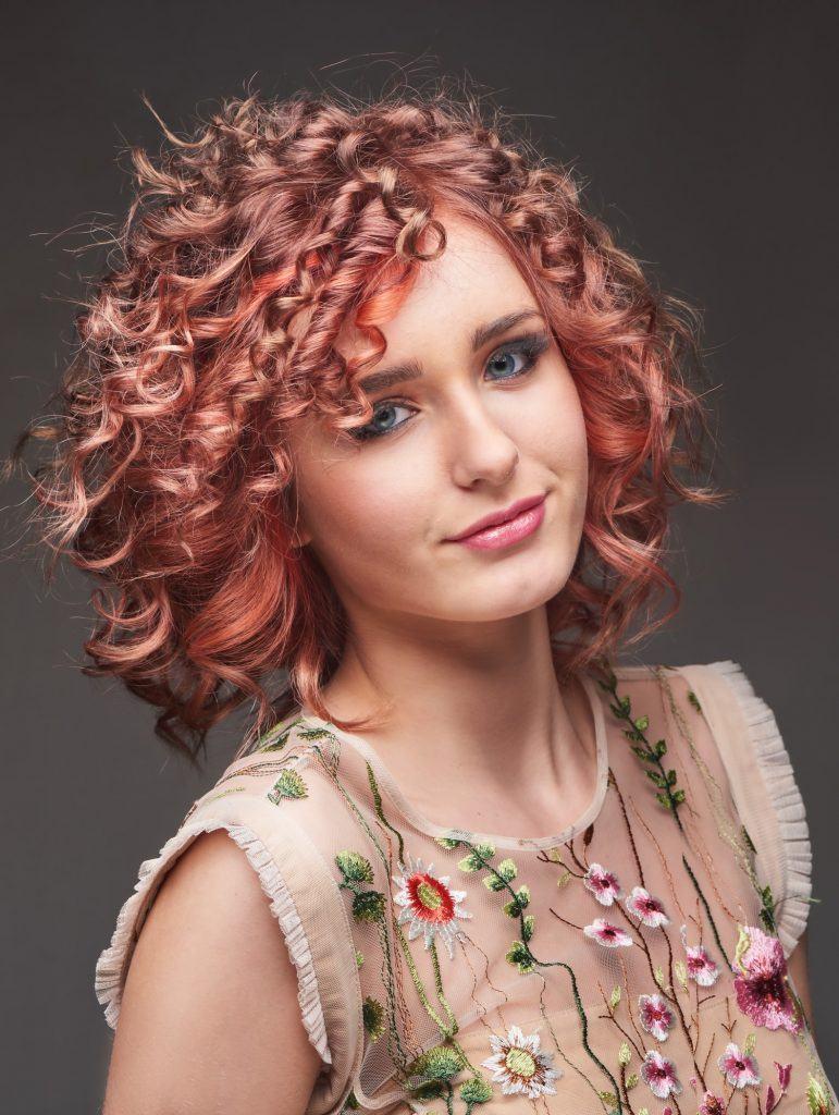 cortes de pelo rizado para cara redonda decolorados