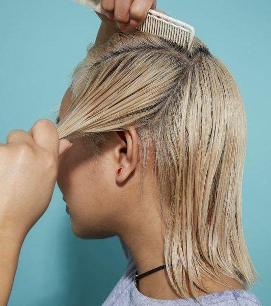 cómo cepillar el cabello corto peinando el pelo