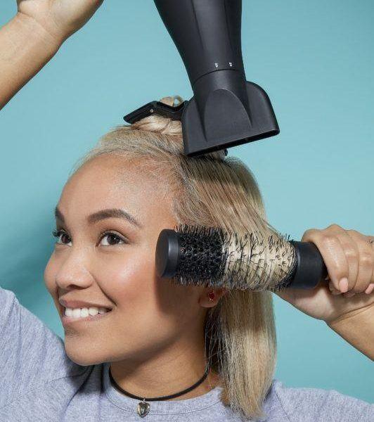 cómo cepillar el cabello corto cepillando el pelo