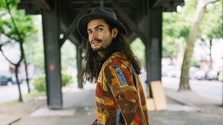 estilos de cabello largo para hombres con sombrero