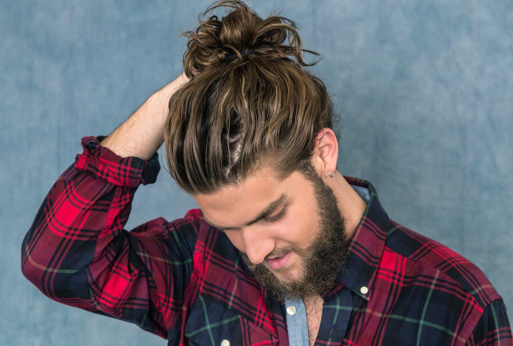 estilos de cabello largo para hombres nudo enredado