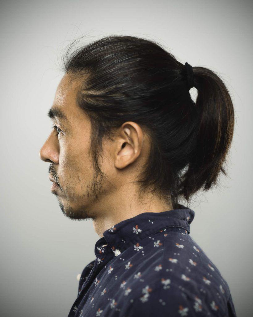 estilos de cabello largo para hombres cola de caballo